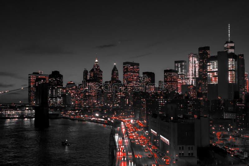 Horizon van de de Stads de zwart-witte nacht van New York met rode lichten die in Manhattan van de binnenstad gloeien stock afbeelding