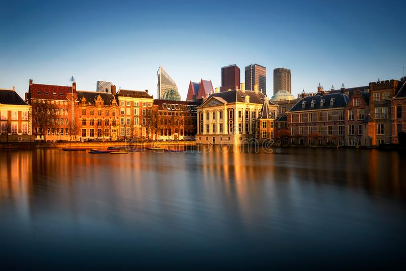 Horizon van Den Haag met de moderne bureaugebouwen Reflectio stock fotografie
