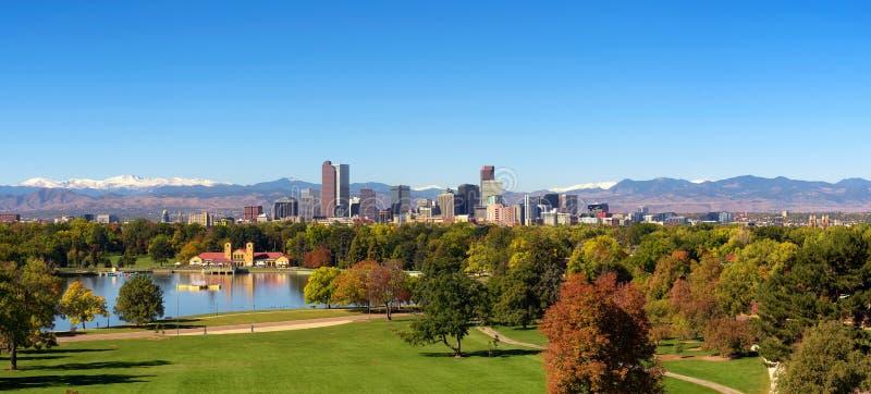 Horizon van Denver de stad in met Rocky Mountains stock foto