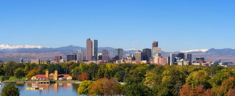 Horizon van Denver de stad in met Rocky Mountains royalty-vrije stock afbeelding