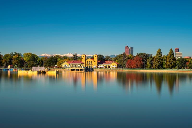 Horizon van Denver de stad in met Rocky Mountains royalty-vrije stock fotografie