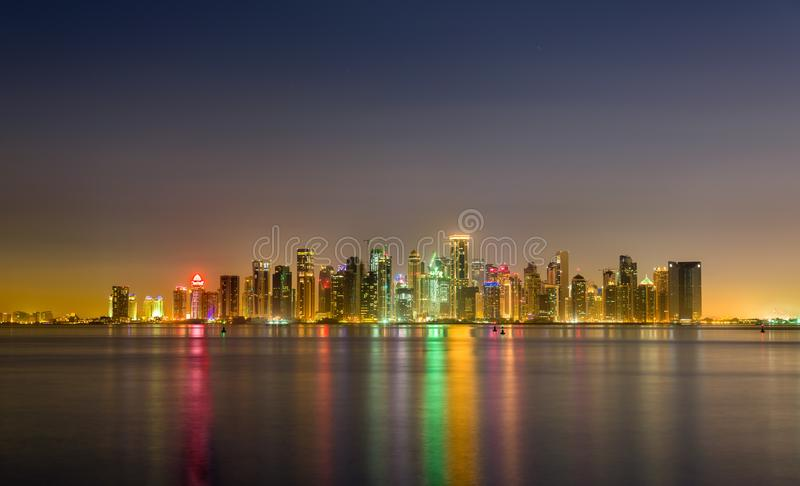 Horizon van Doha bij nacht De hoofdstad van Qatar stock afbeelding