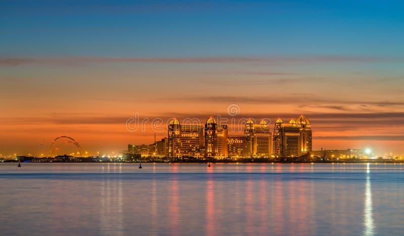 Horizon van Doha bij zonsondergang De hoofdstad van Qatar stock afbeelding