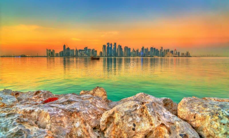 Horizon van Doha bij zonsondergang De hoofdstad van Qatar royalty-vrije stock foto
