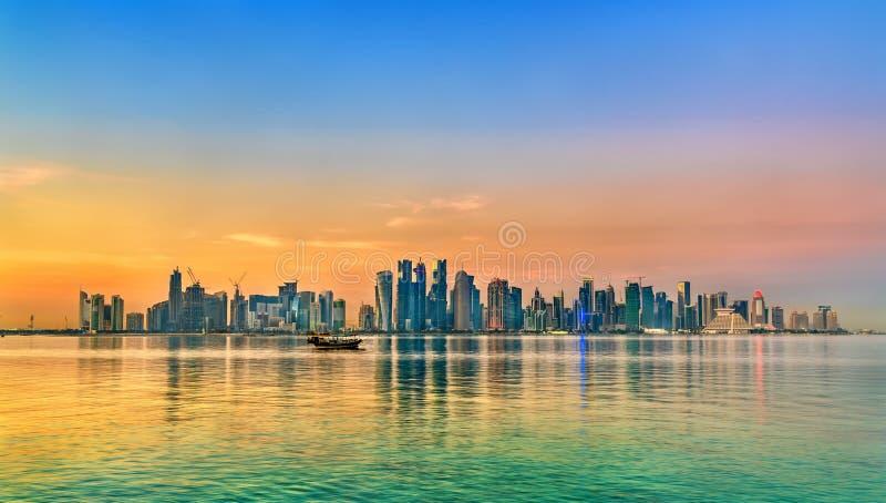 Horizon van Doha bij zonsondergang De hoofdstad van Qatar stock foto's
