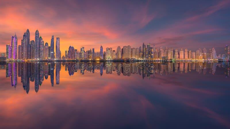 Horizon van Doubai met moderne en futuristische architectuur stock afbeelding