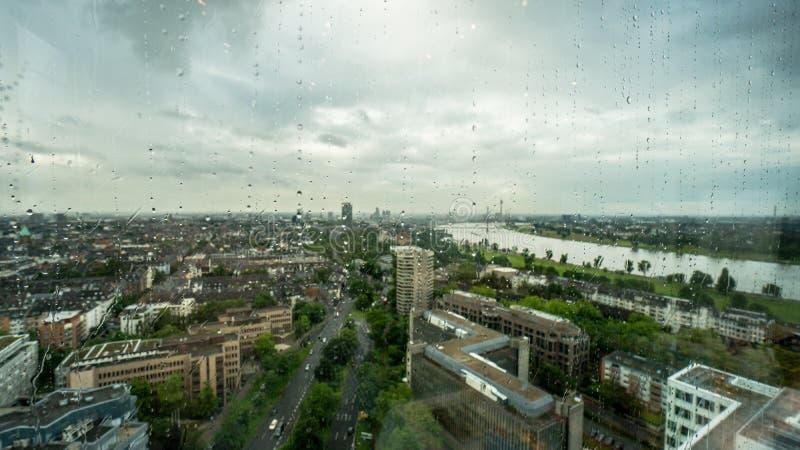 Horizon van Dusseldorf in het panorama van Duitsland in regen achter een regenachtig venster royalty-vrije stock foto's