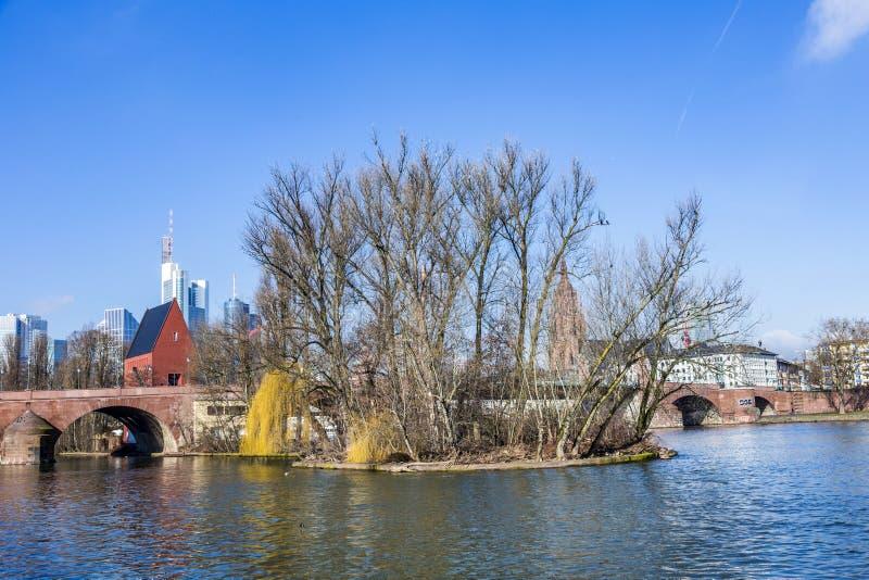 Horizon van Frankfurt een Leiding met oude historische brug stock foto's