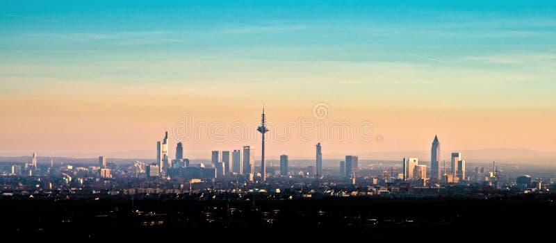 Horizon van Frankfurt-am-Main tijdens zonsondergang royalty-vrije stock fotografie
