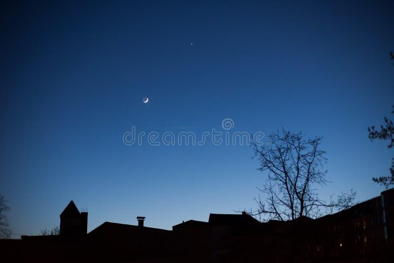 Horizon van huizen bij nacht stock foto