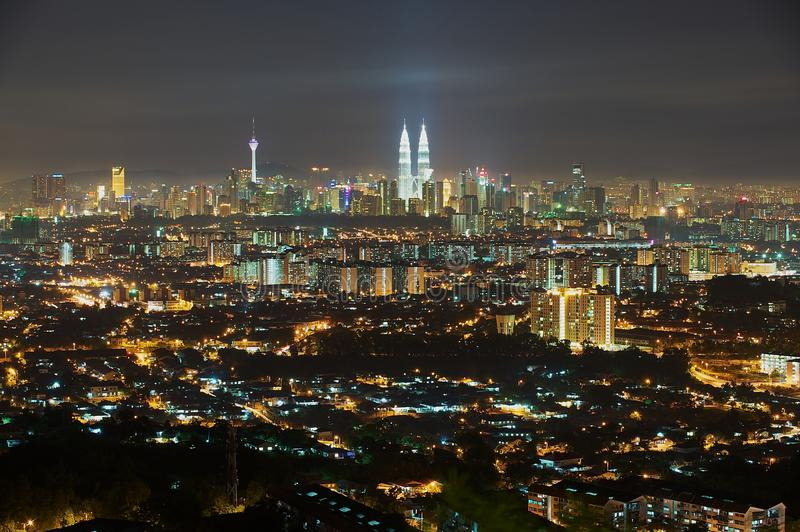 Horizon van Kuala Lumpur-stad bij nacht, mening van Jalan Ampang in Kuala Lumpur, Maleisië royalty-vrije stock foto