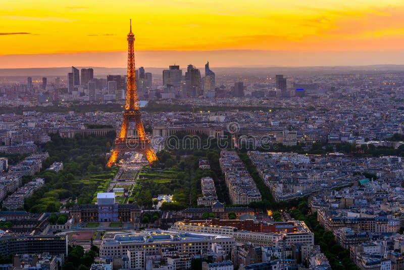 Horizon van Parijs met de Toren van Eiffel bij zonsondergang in Parijs stock foto's