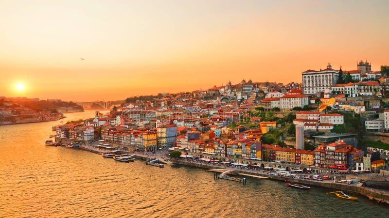 Horizon van Portugese die stad Porto tijdens verbazende zonsondergang wordt genomen stock foto