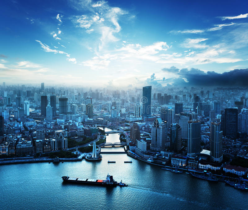 Horizon van Shanghai bij zonsondergang stock foto