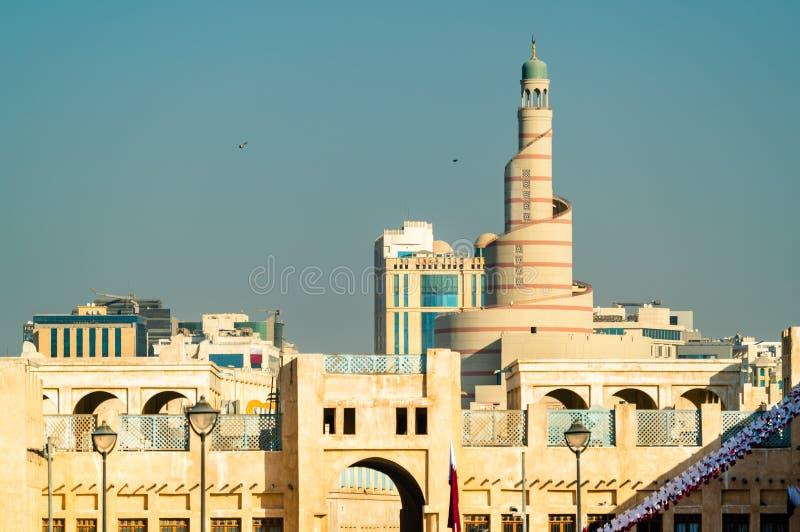 Horizon van Souq Waqif met Islamitisch Cultureel Centrum in Doha, Qatar stock afbeelding