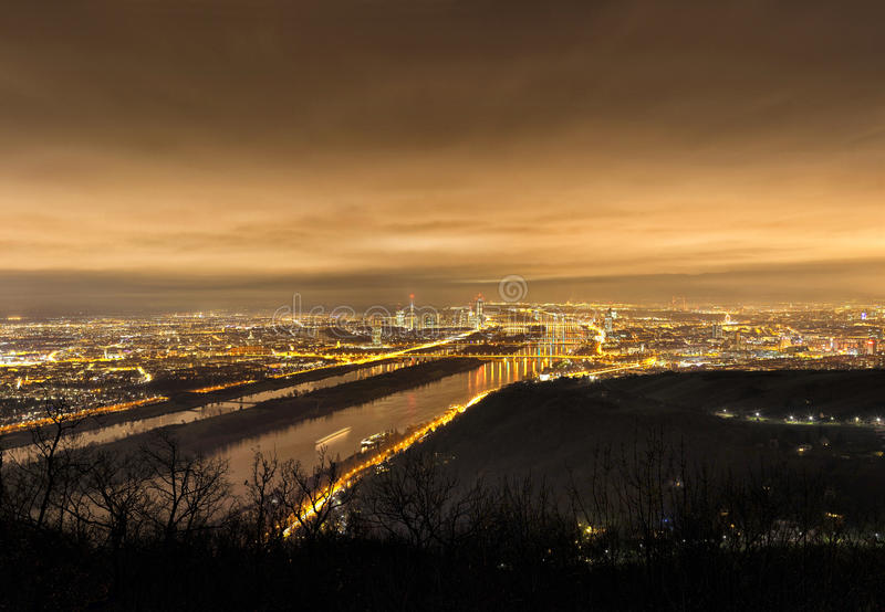 Horizon van Wenen en Donau bij nacht - Gezichtspunt Leopoldsberg stock fotografie