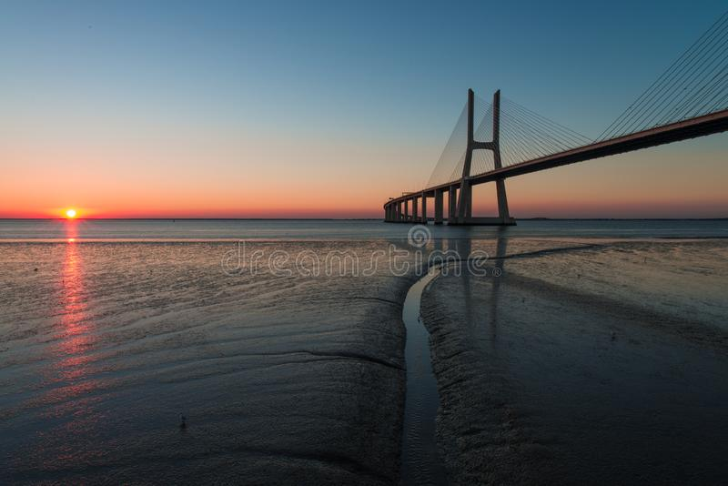 Horizon in Vasco de Gama Bridge in Lissabon tijdens zonsopgang Ponte Vasco de Gama, Lissabon, Portugal royalty-vrije stock afbeelding