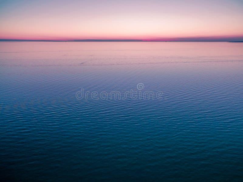 Horizon vide au-dessus de l'eau au crépuscule rien mais l'eau et la SK claire photos stock