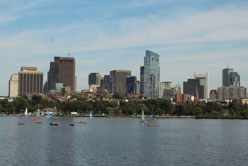 Horizonbeeld van boten die in het water dichtbij een grote stad op een zonnige dag varen royalty-vrije stock fotografie