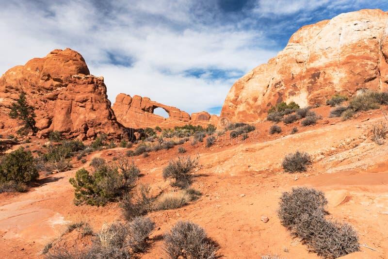Horizonboog die door massieve monolieten bij Bogen Nationaal Park wordt ontworpen royalty-vrije stock afbeelding