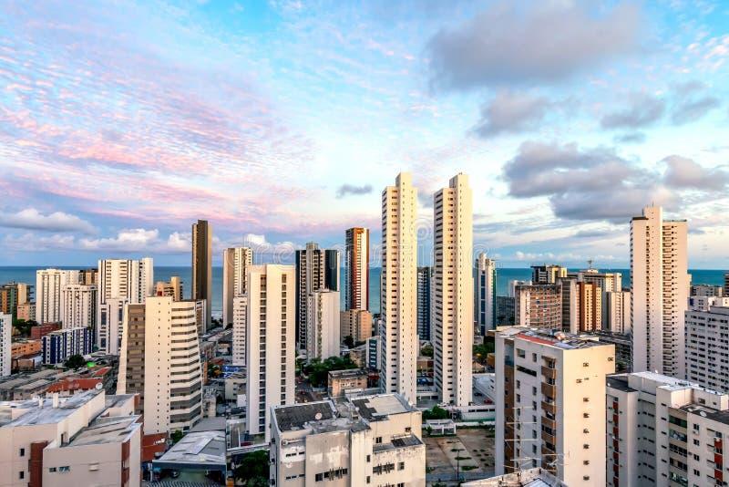 Horizongebouwen in een Roze Hemelzonsondergang bij het Strand van Boaviagem, Recife, Pernambuco, Brazilië royalty-vrije stock afbeeldingen