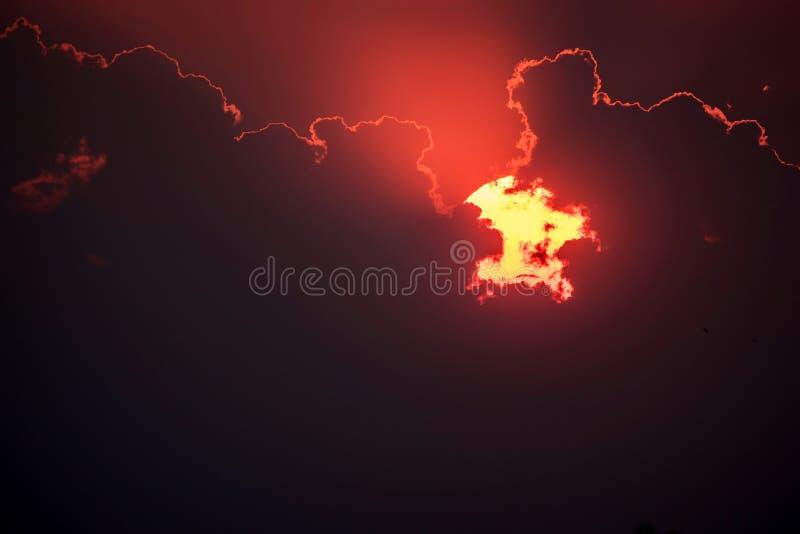 Horizonlijn met zon het plaatsen royalty-vrije stock foto