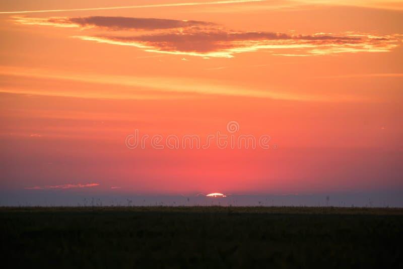 Horizonlijn met zon het plaatsen royalty-vrije stock foto's