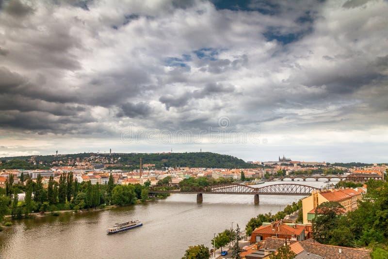 Horizonmening van de rivier van Praag en Vltava-van Vysehrad-fort stock fotografie