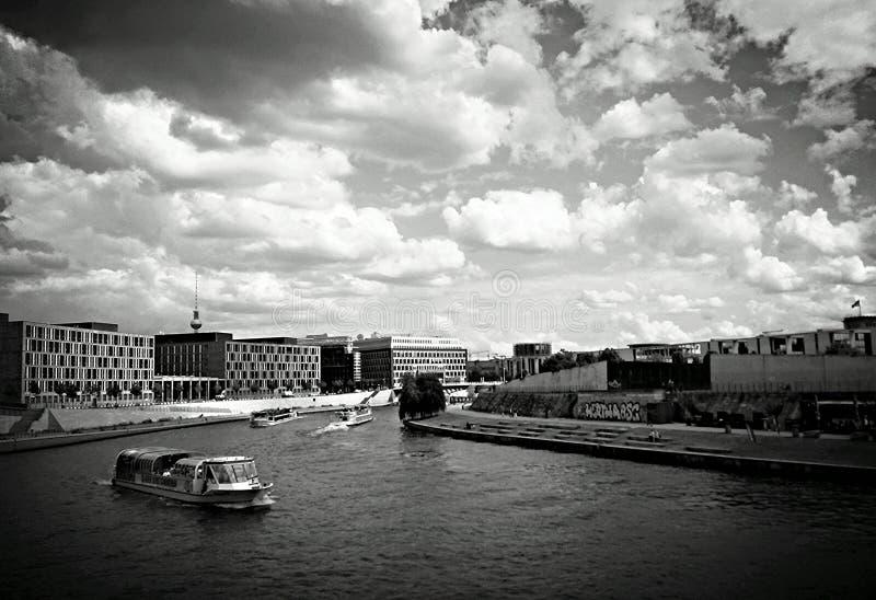 Horizonmening van Fuifrivier in de stad van Berlijn, Duitsland stock afbeelding