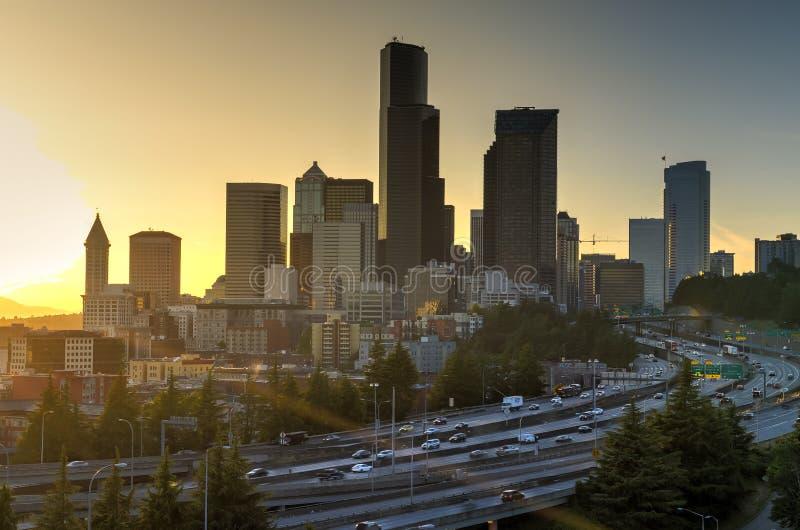 Horizons de Seattle et I-90 s-incurvé, échange I-5 pendant le sunse photographie stock libre de droits