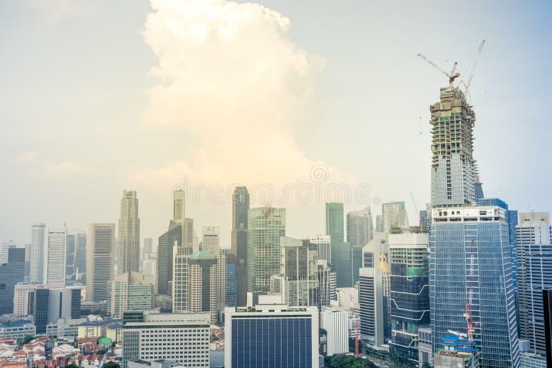 Horizons du centre de Singapour de vue supérieure avec le bâtiment sous le constru photo stock