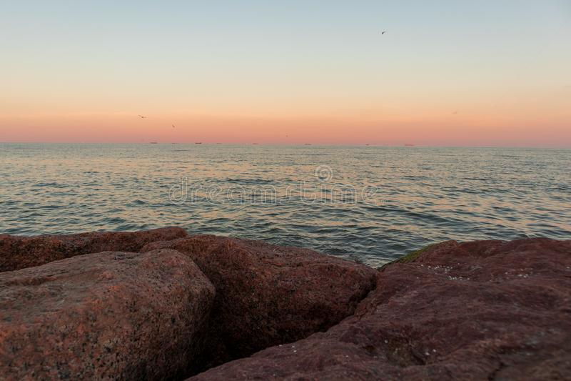 Horizont über Ozean bei Sonnenuntergang lizenzfreie stockfotos