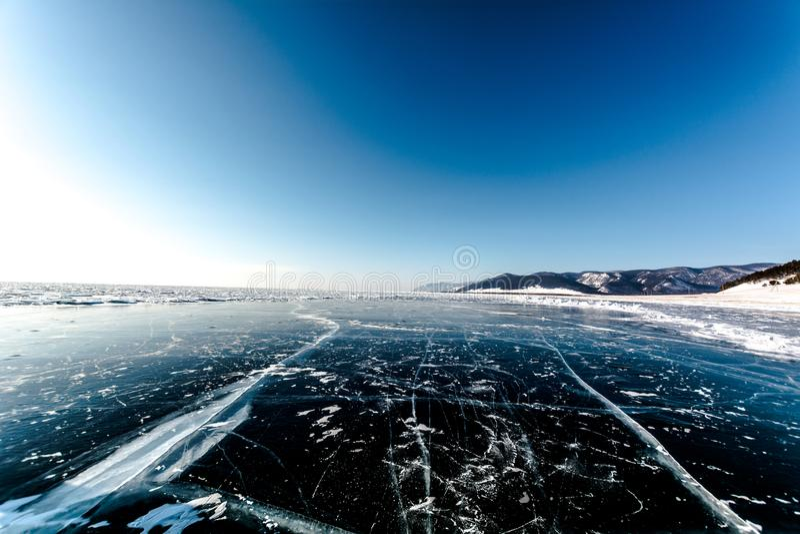 Horizont do gelo do Lago Baikal fotografia de stock