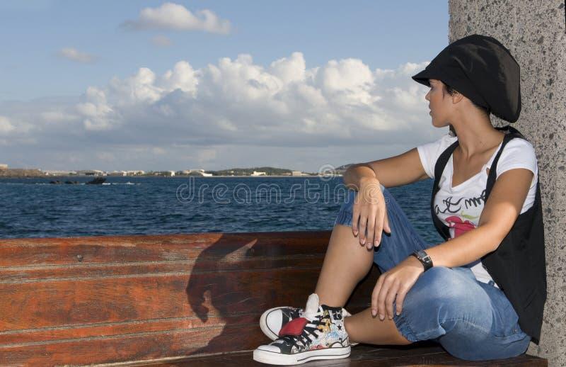 horizont sans foyer de fille semblant jeune photographie stock libre de droits