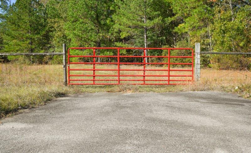 horizontaal beeld van een rode ingangspoort aan een gebied stock foto's
