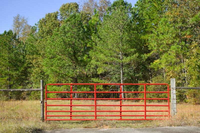 horizontaal beeld van een rode ingangspoort aan een gebied royalty-vrije stock foto's