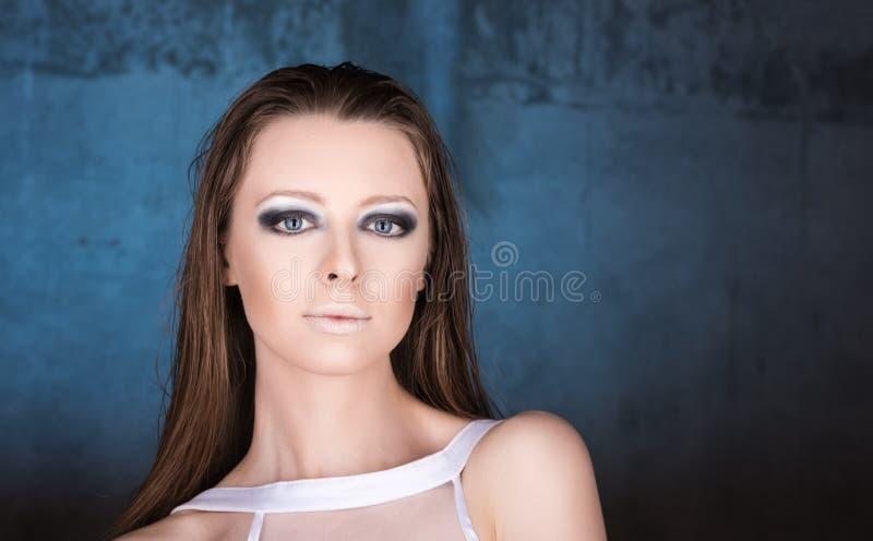 Horizontaal manierportret van jonge mooie vrouw op donkerblauwe achtergrond royalty-vrije stock foto