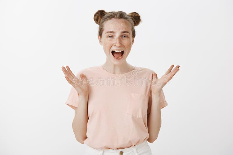 Horizontaal met palmen gesturing en schot die van verbaasd gelukkig meisje met leuke sproeten en broodjes, ruim terwijl glimlache stock afbeeldingen