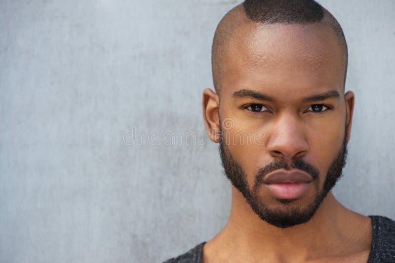 Horizontaal portret van een knappe jonge Afrikaanse Amerikaanse mens royalty-vrije stock foto's