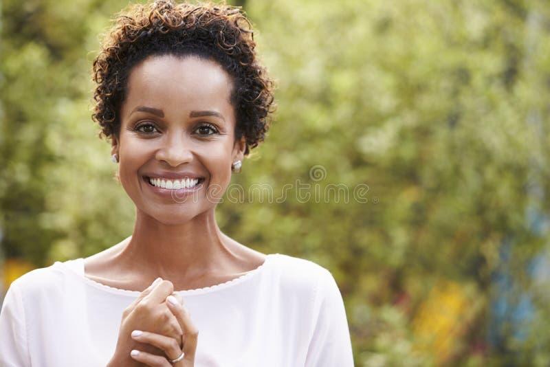 Horizontaal portret van jonge Afrikaanse Amerikaanse vrouw, stock afbeeldingen