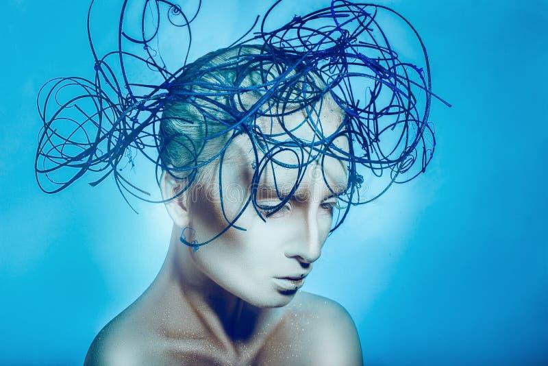 Horizontaal portret van mooie vrouw met lichaamskunst op blauwe backgr stock afbeelding