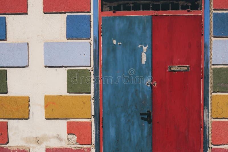 Horizontaal schot van oude blauwe en rode deuren op een zonnige dag royalty-vrije stock fotografie