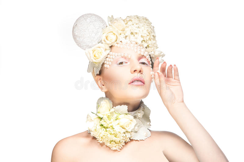 Horizontaal teder portret van mooie jonge vrouw met bloemen stock foto