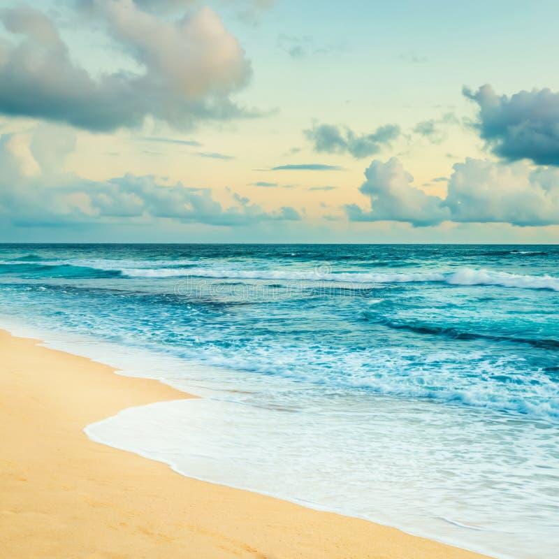 Horizontal étonnant Lever de soleil au-dessus de la mer course de agrandissement en verre de carte de destination photos stock