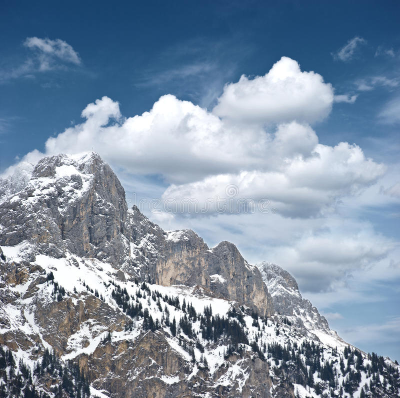 Horizontal alpestre de l'hiver. hautes montagnes avec la neige photographie stock libre de droits