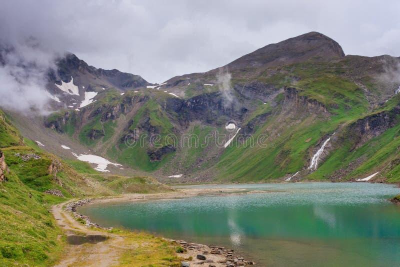Horizontal alpin avec le beau lac photographie stock