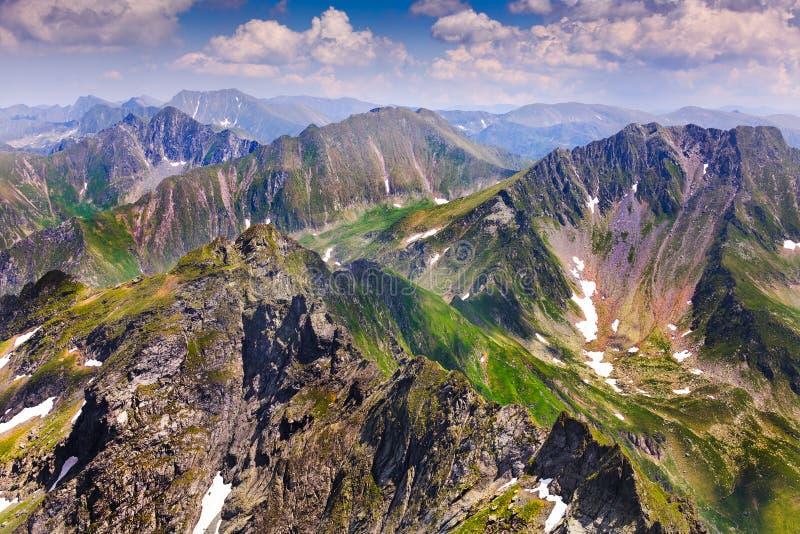 Horizontal avec des montagnes de Fagaras en Roumanie photos stock