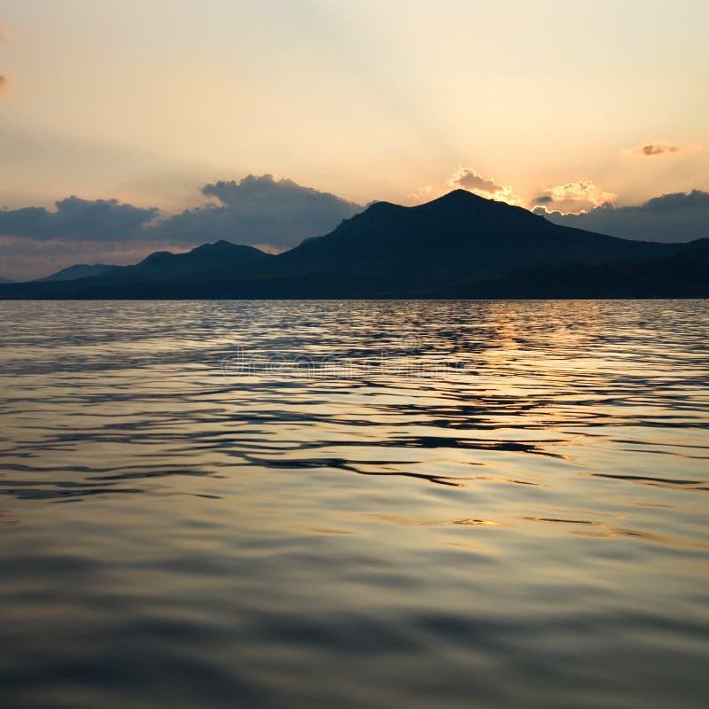 Horizontal avec la mer et les montagnes photo stock