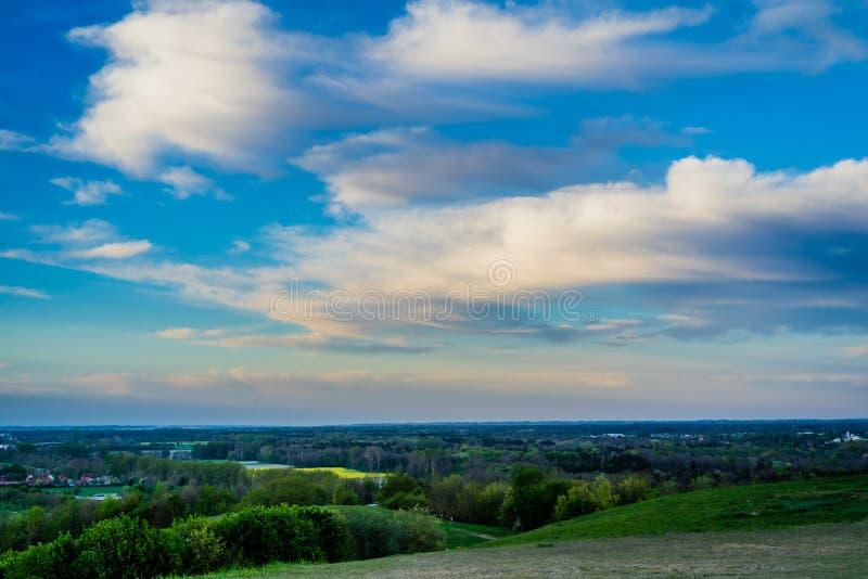 Horizontal avec le ciel bleu et les nuages photographie stock libre de droits