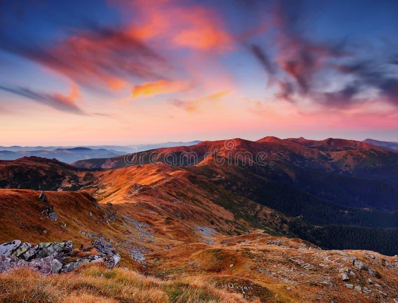 Horizontal avec une aube en montagnes images stock